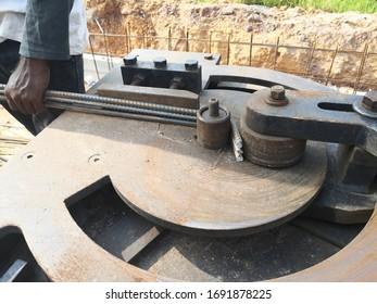 Bauarbeiter, die in der Stahlbiegeanlage in der Baustelle arbeiten. Material, hergestellt.