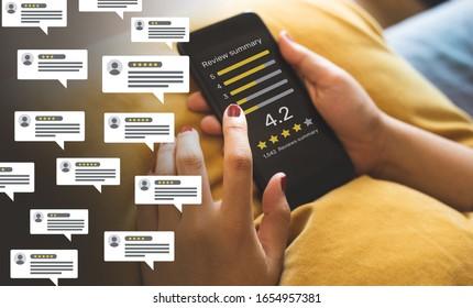 Verbraucher Rezensionen Konzepte mit Blase Menschen Rezensionen Kommentare und Smartphone. Bewertung oder Feedback zu evaluieren.innovativer Lifestyle