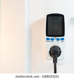 Consumption meter in a wall socket