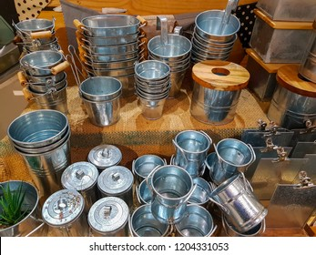 Container to decorate the tree with Plant pots, Flower vases ,Round cans Metal handle to decorate the house or decorate the green terrace and pot or cans made of Zinc alloy.