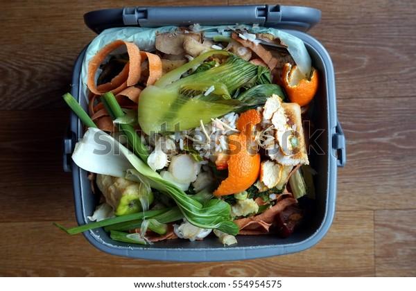 Contenedor de residuos domésticos de alimentos, listos para ser recogidos por el coche de reciclaje