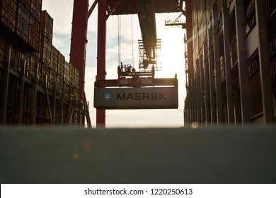 Container loading in Hong Kong / Oct. 2018
