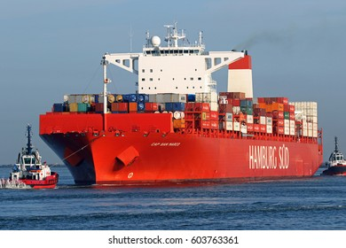 """The container ship CAP SAN MARCO of the """"Hamburg Süd"""" shipping company enters the Rotterdam container harbor on 16.03.2017."""