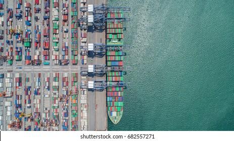 Containerschiff im Export- und Importgeschäft und Logistik. Fracht per Krane in den Hafen befördern. Wassertransport International. Luftbild