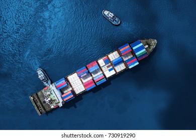 Containerschiff im Import-Export und Business-Logistik, Mit Krane, Handelshafen, Fracht nach Hafen, Internationaler Transport, Business-Logistik-Konzept, Luftsicht aus Drohne.