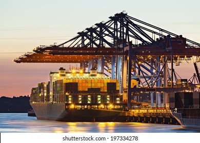 Containerschiff an einem Terminal in der Dämmerung