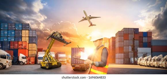 Container-LKW im Schiffshafen für Geschäftslogistik und Transport Container-Frachtschiff und Frachtflugzeug mit Kranbrücke in der Werft bei Sonnenaufgang, logistisches Exportkonzept