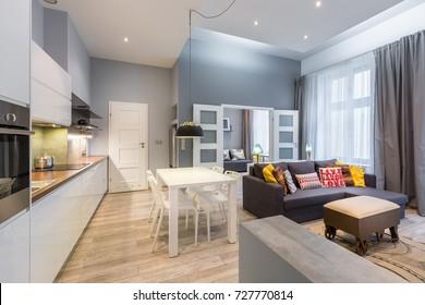 Appartement contemporain avec table à manger, cuisine ouverte et salon