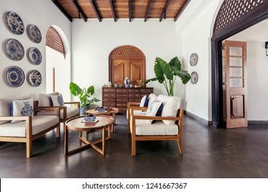 Modernes Innendesign der Hotelhalle mit portugiesischen und asiatischen Details