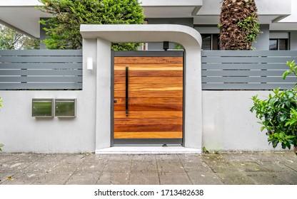 Eingangstür des modernen Hauses, Naturholztür am Bürgersteig, Athen Griechenland
