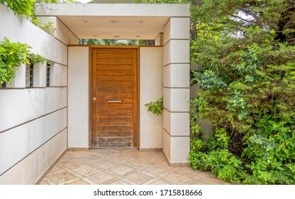 Eingangstür des modernen Hauses aus Naturholz, Athens Griechenland