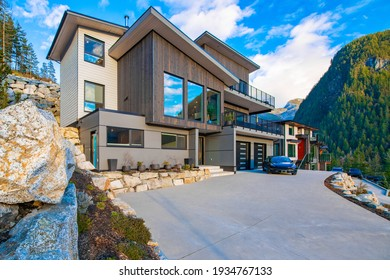 Contemporary mountain view home in Squamish Bc