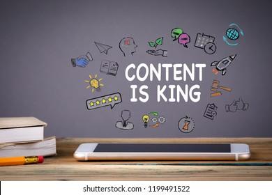 コンテンツは、キング、ビジネス、テクノロジーのコンセプトです。木のテーブルとグレイの背景に携帯電話