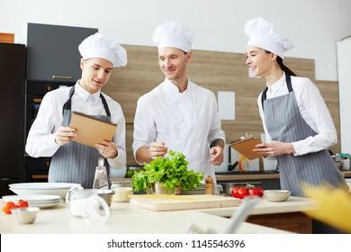 Imágenes Fotos De Stock Y Vectores Sobre Comiendo En Clases