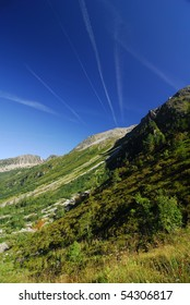 Contrails on the way down on the trail in Val d' Arpette