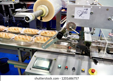 Control panel packing machine with a roll of film for loaves of bread