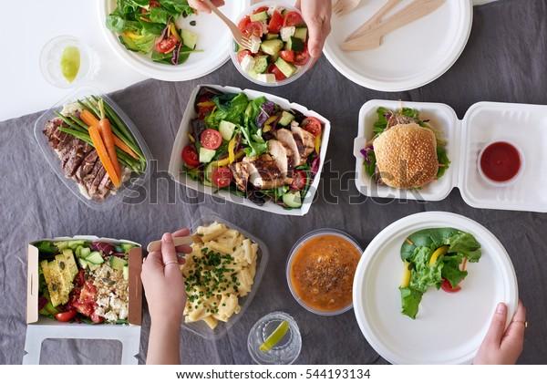 Удобная еда на вынос для вечеринки, накладные распространение ассорти продуктов с руками, подающими вверх