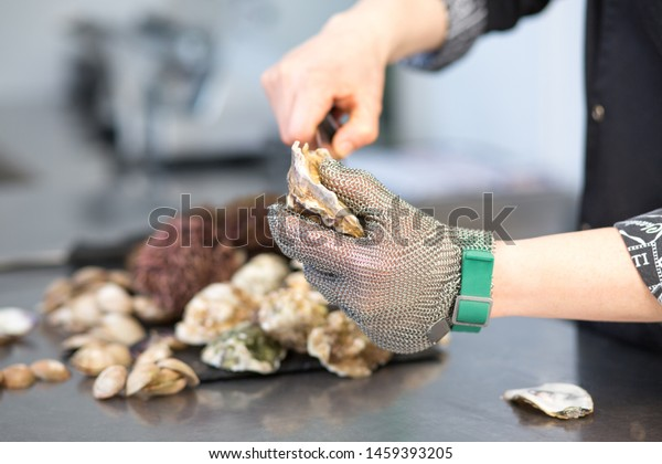 cook-cuts-oyster-molus-shell-600w-145939