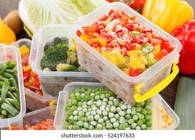 煮好冷冻食品食谱蔬菜在塑料容器。 健康的冷冻食品和膳食。