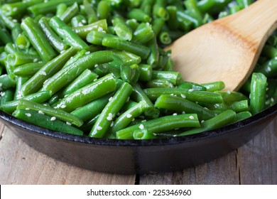 Cooked green beans with sesame seeds in frying pan