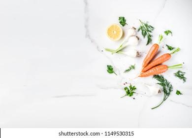 Arrière-plan cuisine avec Légumes Frais pour un dîner sain; carottes, herbes, huile d'olive, ail; fond blanc marron, arrière-plan plat