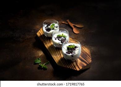 Classe de cuisine - Sua Chua New Cam - Riz glutineux noir (riz noir collant) au yaourt dans des bocaux en verre. Cuisine traditionnelle vietnamienne