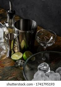 Cooking Cocktailgetränke mit Bartenhänden mit Bar-Accessoires auf schwarzem Stein.