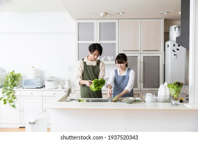Cooking with a couple, Japanese couple