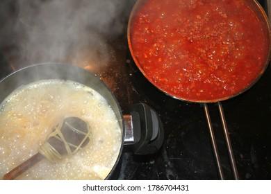 Cuisine à la maison de spagheti et de sauce bolognaise