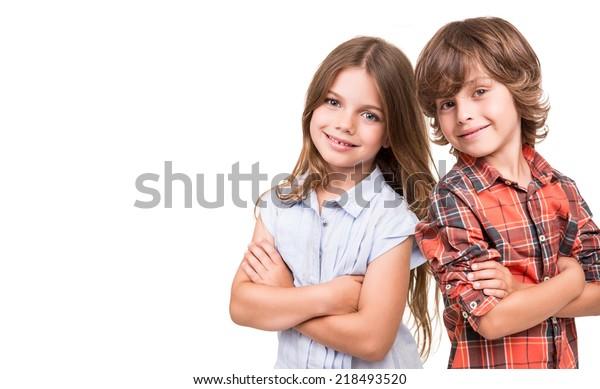 Cool kleine Kinder, die sich auf weißem Hintergrund