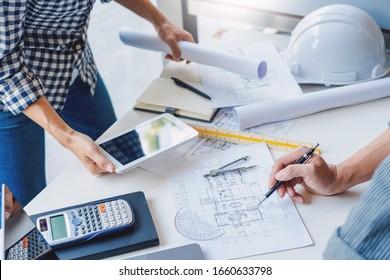 Zusammenarbeit Corporate Designers im Büro arbeiten an einem neuen Projektplanungsplanungskonzept am Baustandort am Büro im Büro