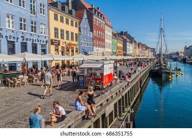 0ef987e7 COPENHAGEN, DENMARK - AUGUST 26, 2016: People enjoy sunny weather in Nyhavn  district
