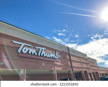 COPPELL, TX, US-OCT 20, 2018:Close-up logo of Tom Thumb store. A chain of supermarkets in the Dallas/Fort Worth Metroplex. Founded in 1948 by J.R. Bost and Robert B. Cullum as Tom Thumb Food Stores