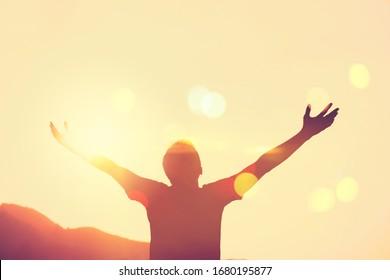 Kopiere den Handschuhbereich auf abstraktem Hintergrund des Berges und des Sonnenuntergangs. Freier Reiseabenteuer und Business Siegeskonzept. Vintage Ton Filter Effekt Farbe Stil.