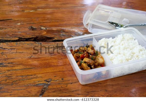 Espacio para copias.Almuerzo para paquetes, Almuerzo para sacos, Almuerzo para bolsitas, Almuerzo en caja,Almuerzo.Albahaca tailandesa con viruela de cerdo con arroz
