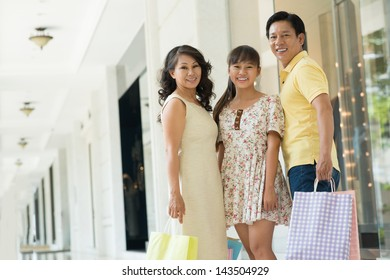 Copy-spaced portrait of a modern family with shopping-bags