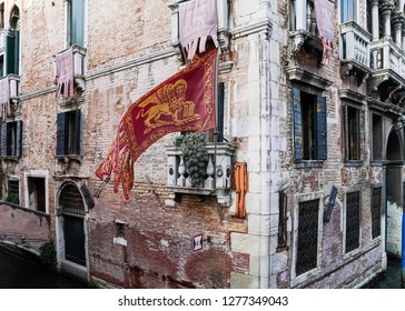 Corder of a building with Venice flag