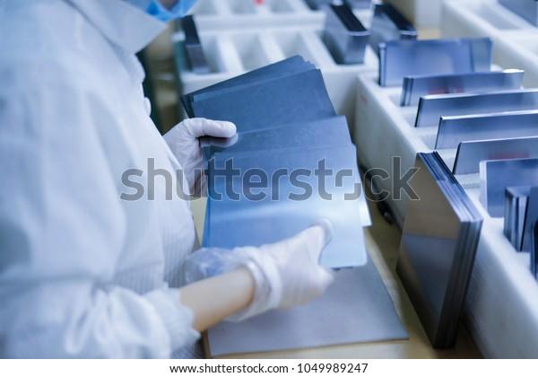 Los componentes principales del equipo de generación de energía fotovoltaica, la placa de circuitos de pelotón, la fábrica electrónica.