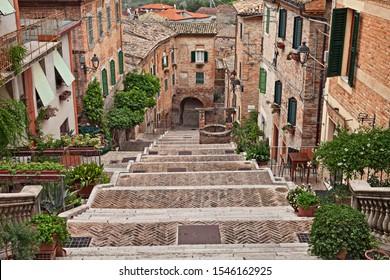 Corinaldo, Ancona, Marken, Italien: die lange Treppe in der Innenstadt des schönen alten italienischen Dorfes