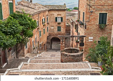 Corinaldo, Ancona, Marken, Italien: die lange Treppe in der Altstadt - In den Schildern der Gasse Name: Street Polenta well, ehemalige Street Mario Solazzi