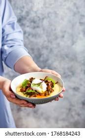 Maispolenta mit gebratenen Chanterelles und gepochtem Ei