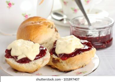 Cornish Cream Tea - Scones mit Konfitüre/Gelee und Creme-Creme oben