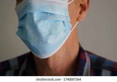 Corona Pandemie - Mann mit Gesichtsmaske