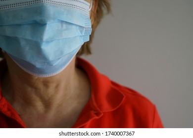 Corona Pandemie - Frau mit Gesichtsmaske