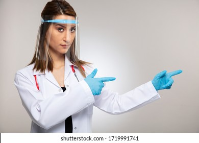 Concept du virus de Corona. Femme médecin montrant l'espace pour une copie.