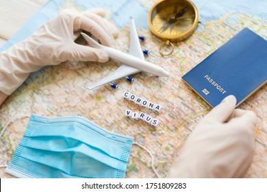 Pandemia del virus Corona en la industria de viajes. mesa de trabajo de la agencia de viajes. mapa, plano de juguete, brújula, mascarilla facial y planeamiento del viaje después de restricciones de cuarentena debido al virus de corona epidémico. Turismo