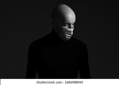 Coronavirus, Bio-Schutzkonzept. Nahaufnahme Profilporträt eines gut aussehenden Glatzköpfers mit medizinischer Maske, schwarzem Schildkröte und Beten. Kopiert Platz. Monochrome Studioaufnahme