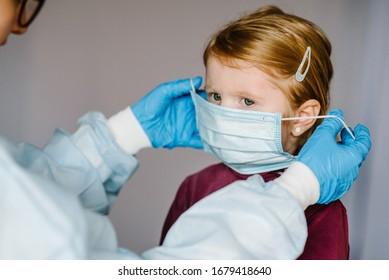Coronavirus. Krankenschwester, Arzt in einem Schutzanzug, mit medizinischer Maske auf dem Gesicht für Kinder. Präventivmaßnahmen gegen Covid-19-Infektionen. Konzept des Schutzes gegen Grippe, Corona-Virus-Epidemie.