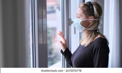 Horizontalhintergrund Frau einzeln zu Hause für Virusausbruch oder Hypochondrie.