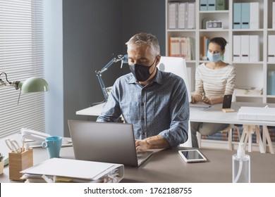 Prävention von Koronavirus und soziale Distanzierung im Büro: Geschäftsleute, die die Sicherheitsabstände behalten und Gesichtsmaske tragen, Konzept der Koronavirus-Prävention